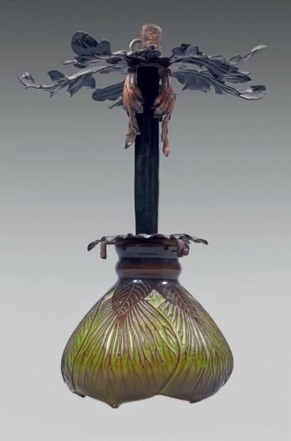 Émile GALLÉ (1846-1904) Suspension en fer forgé et cache ampoule en forme