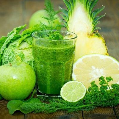 Grüner Smoothie mit Ananas, Apfel, Orange, Wirsing und Limettensaft