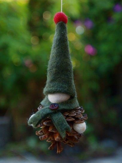 Folletto con pigne e feltro per l'albero di Natale