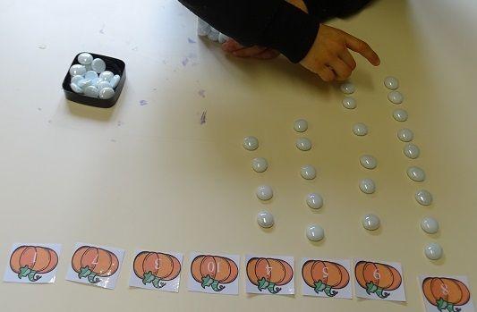 Atelier dénombrer MS-GS Montessori. A télécharger : les sapins, les bonhommes de pain d'épices, les citrouilles et les pièces d'or.