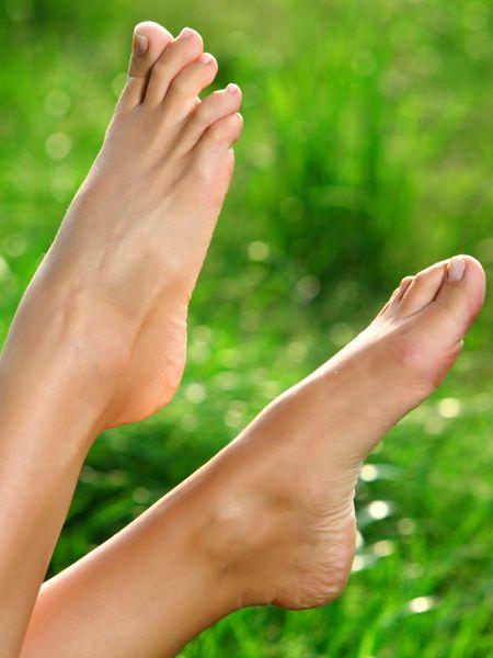 Die Haut zwischen den Zehen ist gerötet, brennt und juckt: Fußpilz! Eine schnelle Behandlung ist wichtig - diese Fußpilz Hausmittel eignen