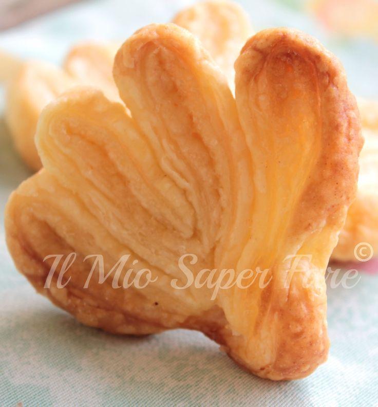 Ventaglietti di pasta sfoglia facili e veloci con foto del passo passo per realizzarli. Ideali da sgranocchiare a merenda, eccellenti serviti con il gelato