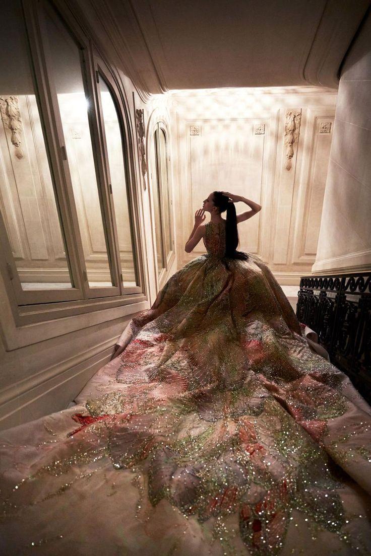 Elie Saab Haute Couture  Robe de mariée à grand jupon d'organza imprimé ruisselant de paillettes.
