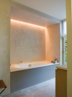 Visgraatvloer en ingewerkt bad met tadelakt, via RTL woonmagazine