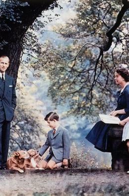 Queen Elizabeth II Filipe e Isabel II com os príncipes Carlos e Ana, em 1957, nos jardins do Palácio de Buckingham