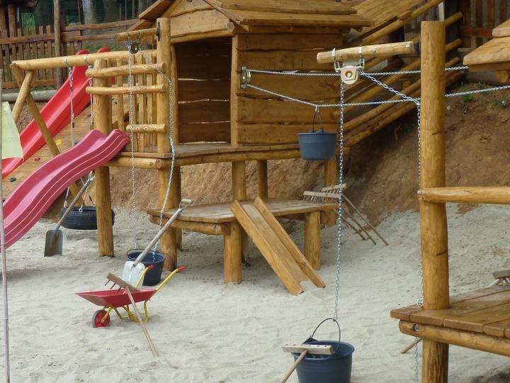 stiamo preparando il parco giochi della fattoria dei bambini al family Hotel MiraMonti