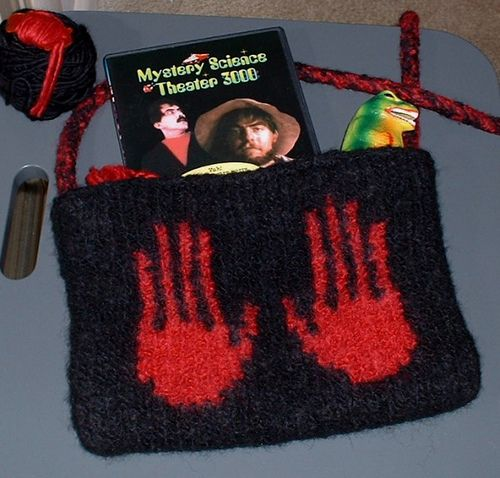 Knitting pattern bag combined with your knitting skills , you can create farvolous knitted bags and stand out from the casual bag in the market. #knitting #patterns | www.housewiveshobbies.com |