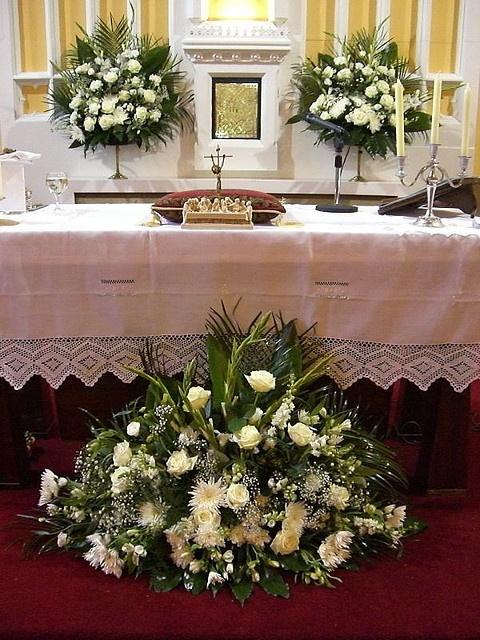 a9880cf0d0411741a3768257be1a39a6  wedding ceremony flowers altar flowers