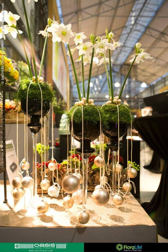 Kerst - mos-bol met bloemen in glas op hoge voet met kerstballen