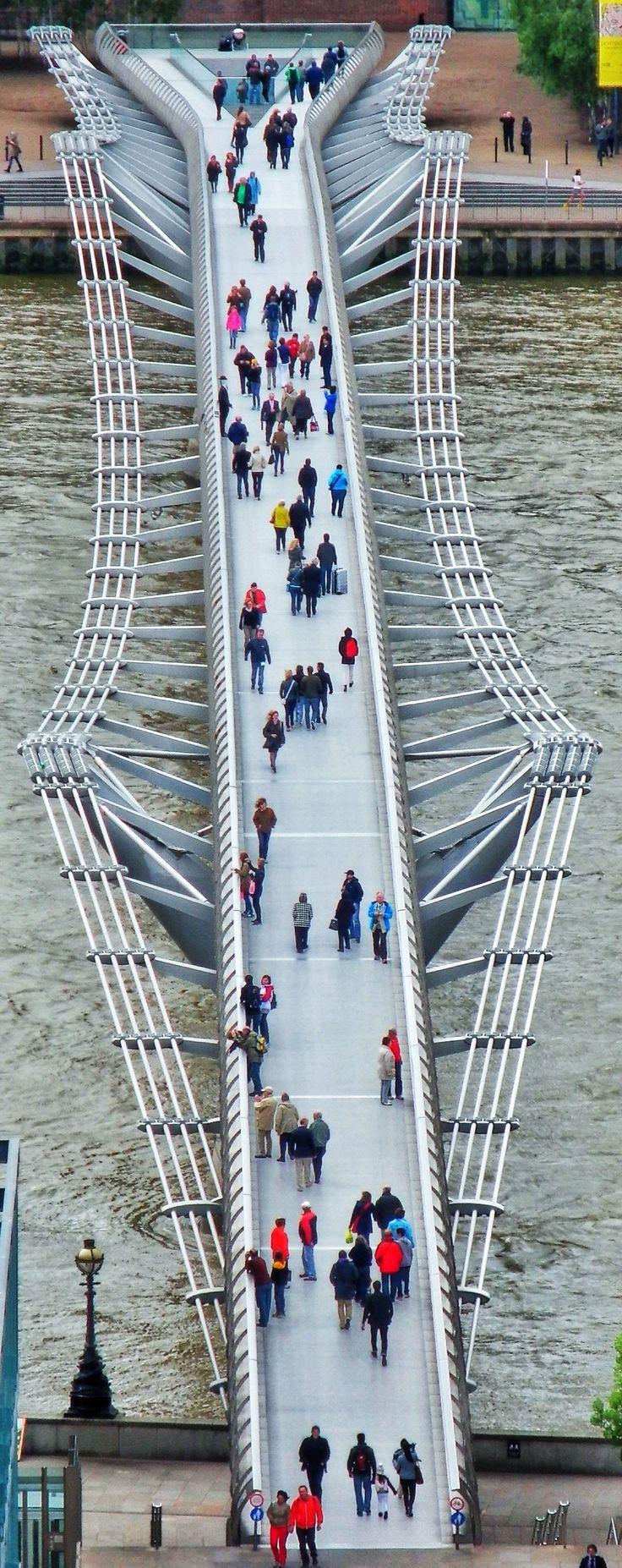 El Millennium Bridge de #Londres conecta la #TateModern con la Catedral de San Pablo http://www.viajaralondres.com/lugares-para-visitar-en-londres/catedral-de-san-pablo/