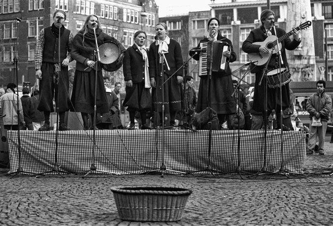 Amsterdam - de Dam - gospel groep bestaande uit één familie | Amsterdam - Dam Square - one family gospel group  | 28-01-1989