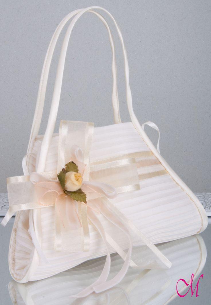 Limosnera con tela de jareta, lazo de terciopelo, lazo mixto de seda con raso y flor. http://www.monetatelier.com/es/list/category/diademas-comunion