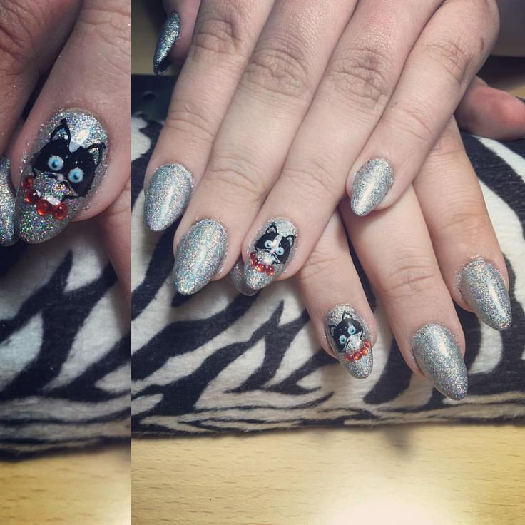 """""""Beautiful holo nails for my sis 💅❤️ did some extra's on the cute little kitty stamp! #beautiful…"""""""
