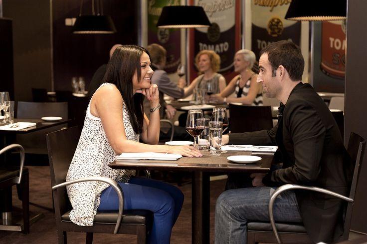 ROYAL RAVINTOLAT – Tiesitkö nämä tarjoilijan työn 10 salaisuutta 2. Kiire ei näy asiakkaille. Suosituissa ravintoloissa tupa on tiettyihin aikoihin aina täynnä ja tarjoilijalla voi olla monta asiakasta kerralla.