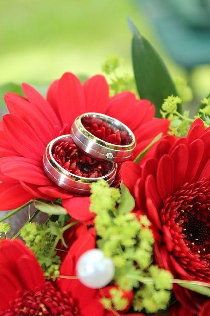 Eheringe auf einem Blumenstrauß