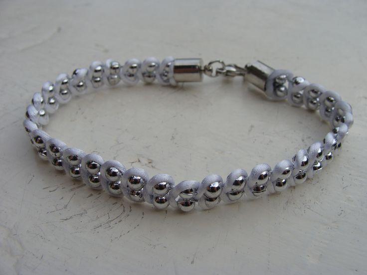 Wit geknoopt armbandje met sluitinkje