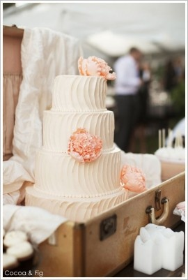 The wedding cake is in a suit case! I'm not sure if I like that idea but it sure is pretty! Maybe I could put mine on top of the suitcase?!
