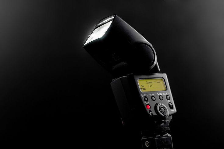 Lo primero que uno aprende en relación a la iluminación con flashes es que la mejor manera de hacer fotos en interiores es disponer de un buen flash. Pero disparar fotos con flash tiene su técnica propia, y lo segundo que se aprende es que la mejor m
