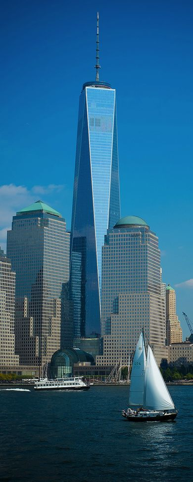 En la orilla este del Hudson, de izd a drch, el 200 Vesey St (anteriormente el Three World Financial Center), el Winter Garden Atrium y el 225 Liberty St (anteriormente Two World Financial Center), todos pertenecientes a Brookfield Place, hasta 2014 el World Financial Center. Detrás, el One World Trade Center, inaugurado en 2014 y que releva a las derribadas Torres Gemelas.