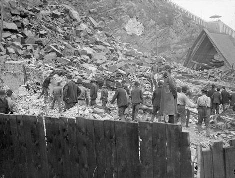 1889- Hommes à la recherche de survivants ou de cadavres dans l'amas de roches de l'éboulis à Québec, le 19-09-1889. Mes deux arrière grands-pères, Ferdinand Beauchamp et Napoléon Desbecquets, y étaient et ont participer avec mention aux recherches.