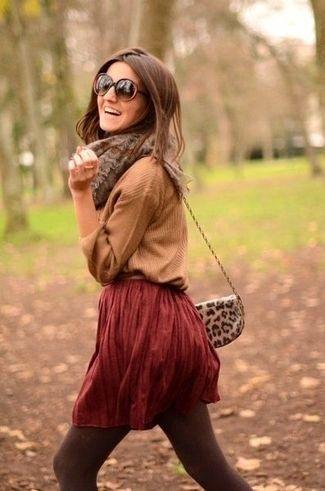 Brauner Pullover mit V-Ausschnitt, Dunkelroter Falten Minirock, Braune Leder Umh…