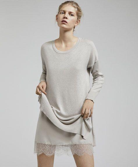 Sukienka z rozcięciami po bokach, 199PLN - Sukienka z długim rękawem i koronkową tasiemką u dołu. Wymiary ubrania: Całkowita długość od miejsca, w którym dekolt łączy się z ramieniem: 78cm i szerokość w klatce piersiowej: 54cm. Wymiary te odpowiadają rozmiarowi M. - Modowe trendy AW 2017 dla kobiet na stronie Oysho: bielizna, odzież sportowa, motywy etniczne i cygańskie, buty, dodatki, akcesoria i stroje kąpielowe.