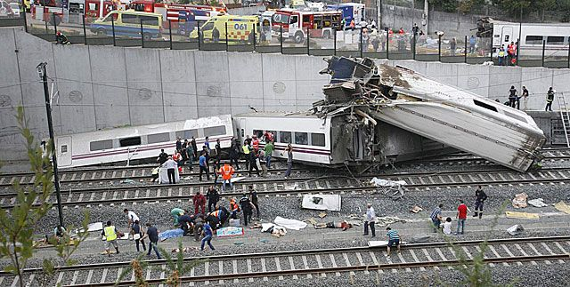 Al menos 12 muertos y 50 heridos al descarrilar un tren de pasajeros en Santiago