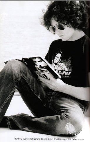 """Enrique Ortiz de Landázuri Yzarduy (n. Zaragoza, 11 de agosto de 1967), conocido como Enrique Bunbury, es un músico español. Fue vocalista de la banda Héroes del Silencio y comenzó después su carrera como solista en 1997, convirtiéndose en una importante figura en el ámbito musical español y latinoamericano. En la lista de """"Los 250 mejores álbumes de rock iberoamericano"""" se sitúan en el puesto 81º su álbum Flamingos."""