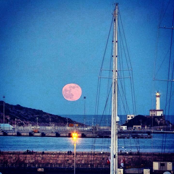 Otra luna llena sobre el puerto