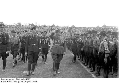 Der große SS-Schutz-Staffel-Appell am 13. August 1933 im [Deutschen] Stadion in Berlin-Grunewald, in welchem über 10000 SS-Männer angetreten waren ! Der Stabschef der S.A. und SS. Hauptmann [Ernst] Röhm, beim Abschreiten der Front im Stadion in Berlin-Grunewald. Neben ihm der Reichsführer der SS [Heinrich] Himmler.