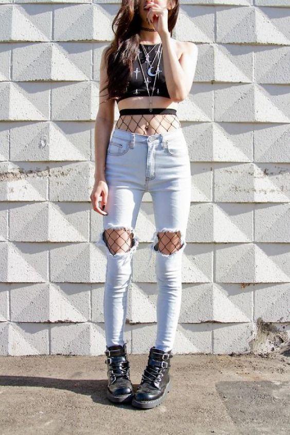 Top cropped, meia arrastão aparente, barriga de fora, calça de cintura alta destroyed, joelho rasgado, coturno preto