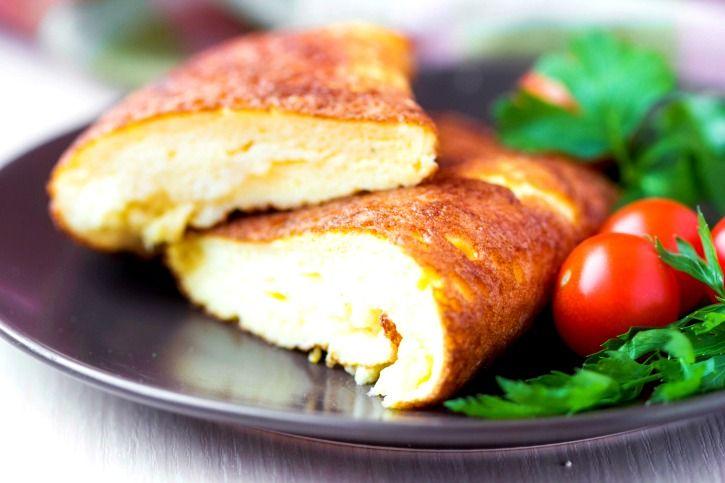 """Como fazer omelete perfeita: 5 segredos da receita da Rita Lobo. Misturar leite ou água aos ovos garante um prato fofinho e molhadinho. Seja em uma versão light ou com presunto e queijo, a omelete é sempre uma opção fácil de fazer e versátil de prato. A chef Rita Lobo, criadora do site e livro """"Panelinha"""", ensina como preparar uma omelete clássica perfeita."""