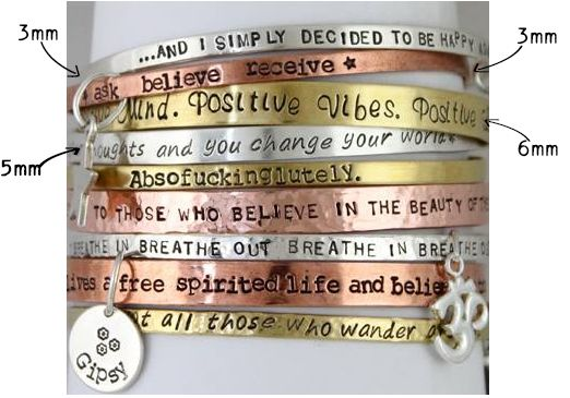 Mix & Match tekstarmbanden in verschillende kleuren en diktes. Handgestempeld met jouw favoriete quotes.