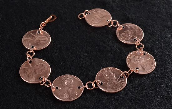 Laura's aunt made her own jewelry. Make your own with this fun penny jewelry DIY by @AllieBigDreamer