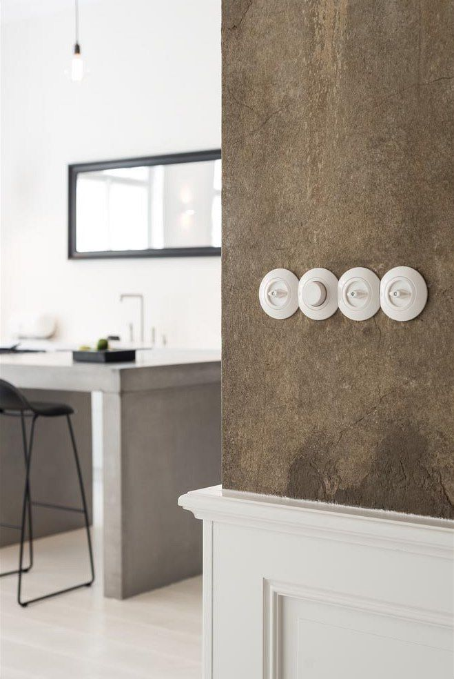 Porcelánové vypínače podtrhují dobu vzniku domu.