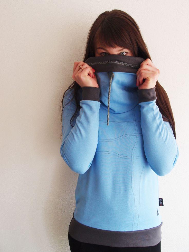 Modrá+mikina+Originální+modrá+mikina.+Na+předním+a+zadním+díle+ozdobné+šedé+prošití.+Vprůkrčníku+všitý+stojatý+límec+sozdobnou+tkaničkou.+Hlavicové+rukávy,+spodní+okraj+olemován+šedým+lemem.+Dolní+kraj+mikiny+olemován+šedým+lemem.+Materiál:+95%+bavlna,+5%+elastan+(teplákovina)+Velikost:+S+délka+mikiny-+61cm+šíře+mikiny-+41cm+délka+rukávů-+62cm