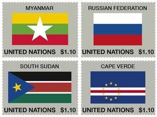 AFNB - Boletim Virtual: ONU - Série Bandeiras 2013 A série Bandeiras foi criada para homenagear os Estados-Membros das Nações Unidas, a primeira emissão ocorreu em 26 de setembro de 1980.  Em dois de maio de 2013 tivemos o lançamento de quatro selos, em razão da criação de novo estado e alterações de nome e desenho, os países representados são Myanmar (mudança de nome), Russian Federation (novo projeto) , South Sudan (novo estado membro) e Cape Verde (novo desenho). O formato dos selos é de…