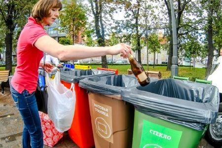 В Москве устанавливаются контейнеры с бирками для сбора бытового мусора раздельно для макулатуры; стекла; металла и изделия из пластика.