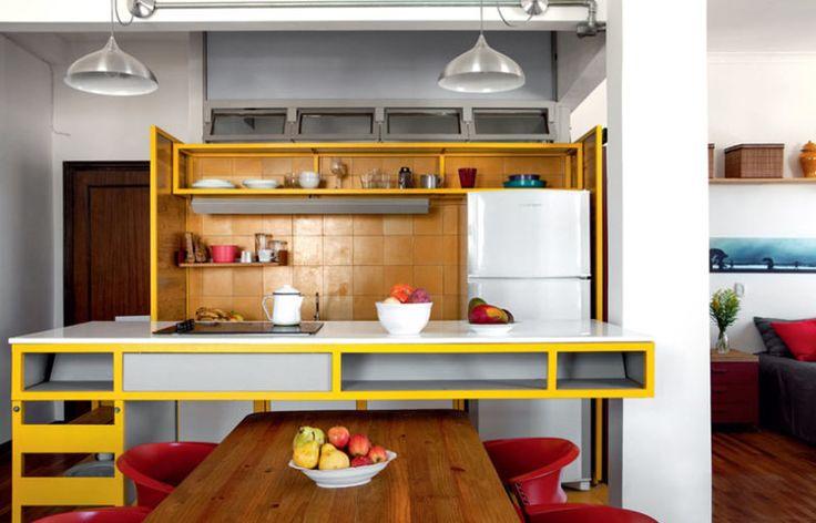 Uma geladeira limpa faz muita diferença. Na foto, ela é um respiro em meio ao ambiente colorido e itens nas prateleiras.