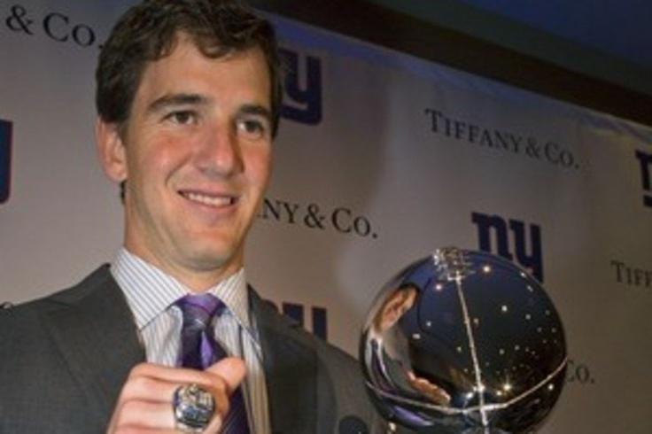 Eli Manning (NY Giants), MVP de la Super Bowl de 2012, con su anillo de campeón