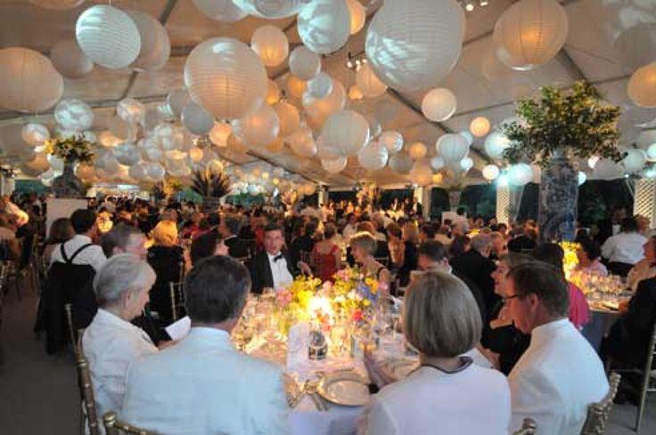 Witte lampionnen in de feest tent, mooie decoratie op je bruiloft. White paper lanterns, nice wedding decoration  #paperlanterns #lampion  Trouwens styling aankleding Styling marriage www.lampion-lampionnen.nl