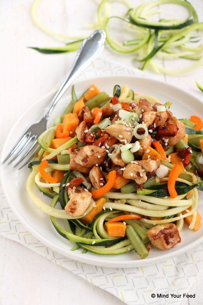 Courgette noedels met kip en zoete aardappel - Mind Your Feed