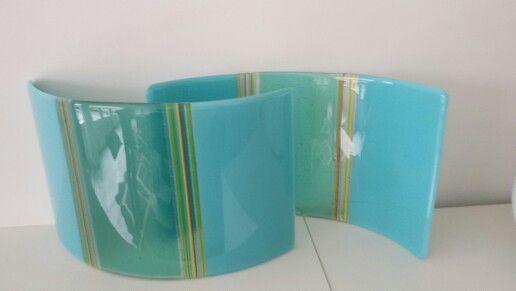 helder en opaque turkoois glas met rode en gele accenten