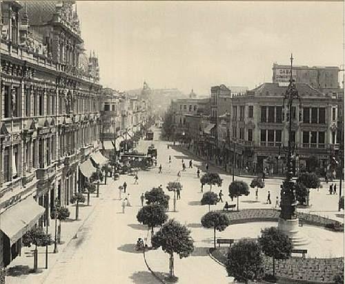 Largo da Carioca, Centro, primeira metade do século XX. A rua que se segue é a Uruguaiana. À esquerda da foto se vê um bonde saindo da Rua da Carioca. Ao fundo, o Morro da Conceição. Este era o Rio de Janeiro da época de Pereira Passos - prefeito do Distrito Federal.