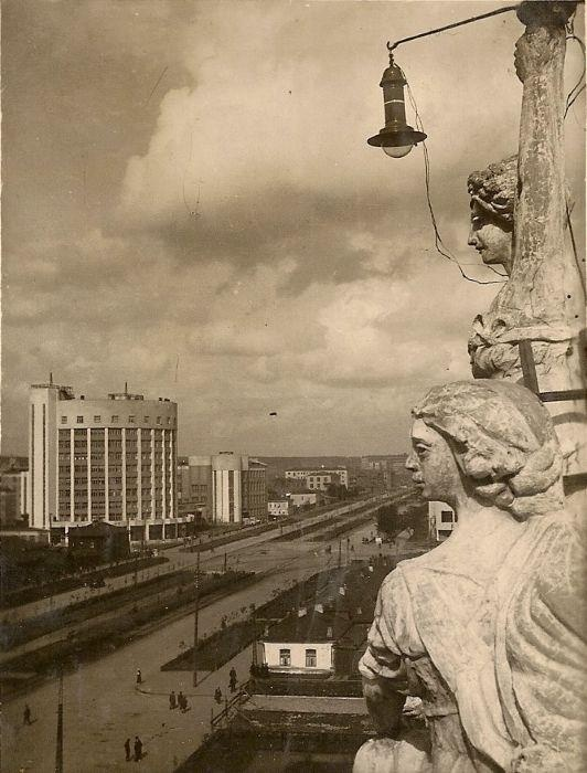 Decorations on the theatre's roof. On the left - 10-storey building of the Iset Hotel. It has the shape of a sickle.