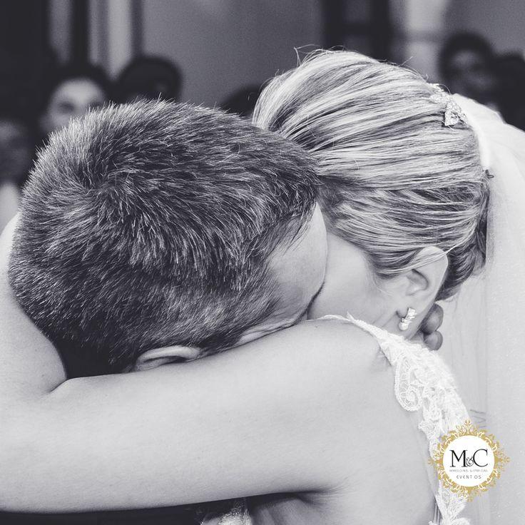 """O beijo é o momento mais esperado da cerimônia, onde o celebrante declara os noivos como marido e mulher e informa que os noivos podem se beijar. Neste momento sela-se o compromisso que um tem para com o outro, de amar e respeitar """"até que a morte os separe""""."""