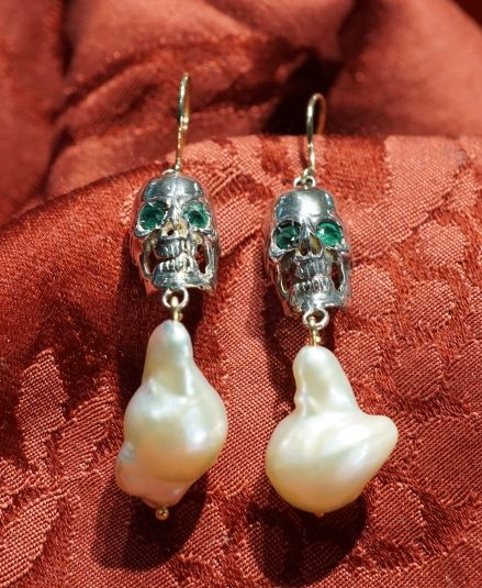 Earrings skulls with baroque pearls, emeralds, 925 silver and gold 18 kt.
