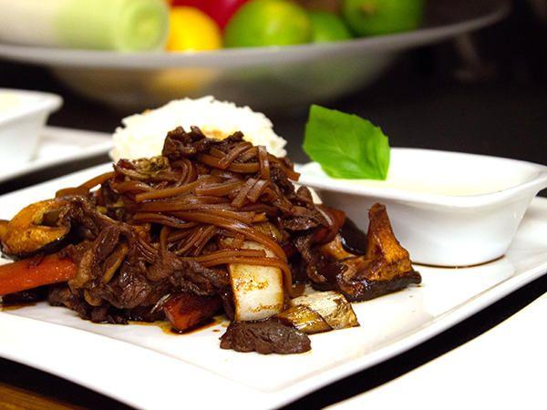Tunt skivad entrecote på japanskt vis. Serveras med glasnudlar,grönsaker och vitlökssås.