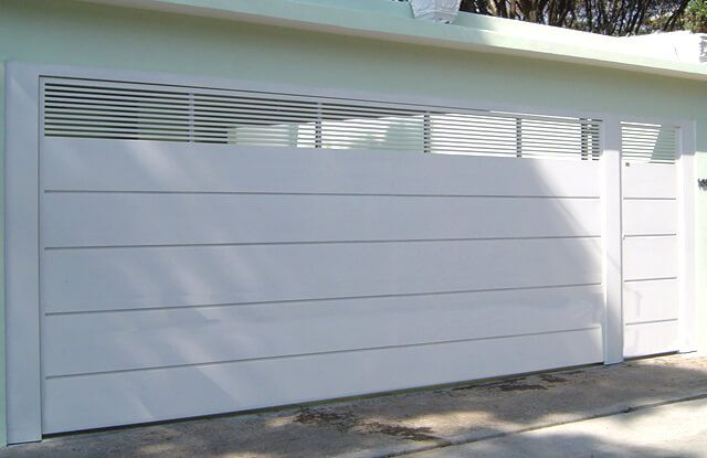 Portão de Chapa EP-519 pode conter revestimento de chapa #20 ou #24 galvanizado a fogo com 70mm de largura no desenho vertical, diagonal ou espinha de peixe.
