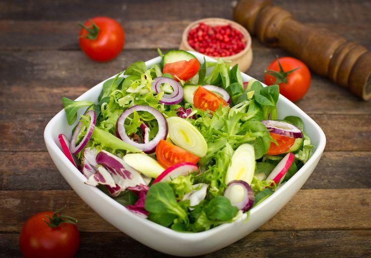 """""""Consumir todos los días una deliciosa ensalada cruda a la hora del almuerzo, le brinda grandes cantidades de vitaminas y minerales a tu cuerpo, ayudándolo a rejuvenecerse"""". En www.Comebien.co encontrarás una aplicación que te ayudará a mejorar tu calidad de vida. Visítanos!"""